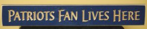 WS9142BLU-Patriots Fan Lives Here – 2′ Sign – Blue